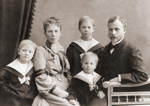 Friedrich Berg I, Firmengründer (*1867 †1954), mit Ehefrau Margarethe und den Kindern Hans, Christian und Friedrich