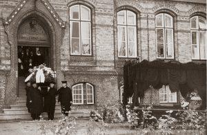 Eine der letzten Bestattungen einer Diakonisse mit Pferdekutsche ca. 1964